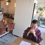 キッチングリーン - カウンター席・小上がり・テーブル席があります。外光が入って気持ち良いカフェレストラン風です。