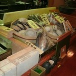 膳家 - 大人気!★1Fカウンターは粋な炉端焼きスタイル。リーズナブルさも◎。ホタテのバター醤油焼き399円など。