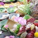 膳家 - 水槽から引き揚げた魚をその場で調理!鮮度抜群のお造りが楽しめます。