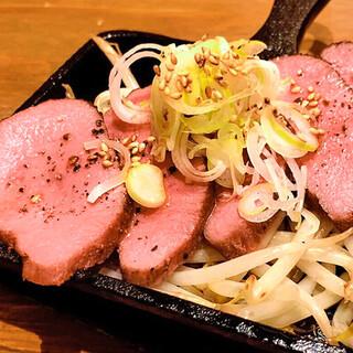 酒のアテにちょうどいい量が嬉しい!鉄板肉シリーズ380円~