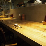 Japanese Ramen Noodle Lab Q - オシャレな店内(カウンター席)