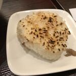 Menyakaijin - セットで付いてくる焼おにぎり。最後にスープに浸して食べます。