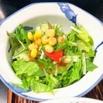 いけ田 - 食べやすさ重視・丁寧に刻まれたサラダ