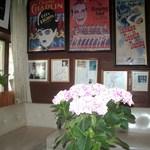 ビッグシェフ - 控え室、右奥に中村玉緒さんのお写真がありました。
