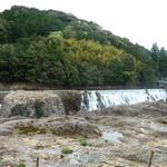 寿恵広食堂 - 店の外の鮎滝