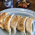 椿ラーメンショップ - 料理写真:餃子&缶ビール&サービスキムチ