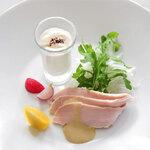 ラ・カロッツァ - 料理写真:オーガニック新玉葱のムースと塩麹マリネのチキンサラダ