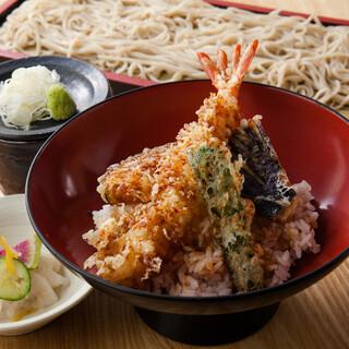 ランチも営業中♪丼+蕎麦のセットが890円~と人気!