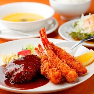 今日のお昼はボリューム満点、洋食ランチ!