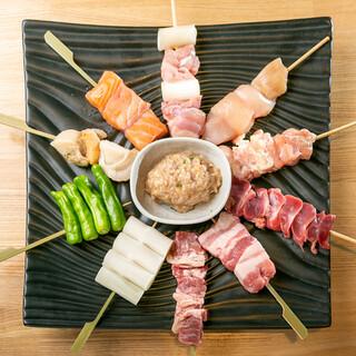 """肉も、魚介も、野菜も…ふっくら仕上げの名物""""鉄板串""""で。"""