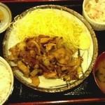 本陣串や - 生姜焼き(680円 ご飯少なめ)+マカロニサラダ(50円)
