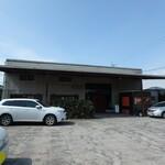 126379796 - お店外観 駐車スペース広々