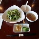 126379819 - 大きなサラダ、前菜、スープ
