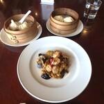 126379831 - 小籠包、海老餃子、海老と茄子の天ぷらみたいのを炒めたもの、花巻(蒸しパン)