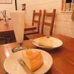 カフェブーサン - 左奥 バナナジュース      680円 手前 さつまいものチーズケーキ 650円 右奥 プレーンチーズケーキ   550円