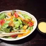 12643143 - 野菜たっぷりサラダ。