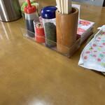 藤春食堂 - 卓上の青のりとソース!
