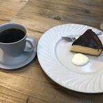 エスデミック カフェ - 杏のチーズケーキのドリンクセットで880円
