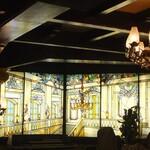 古城 - エルミタージュ美術館の大使の階段がモチーフとなったステンドグラス。