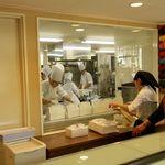 洋菓子マウンテン - レジ裏にケーキ作成の部屋があり、店内から見えるようになってます。