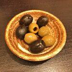 天麩羅バル 秋光 - 「オリーブのニンニク醤油漬け」450円