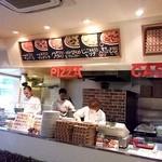 ピザレボ - カウンター。目の前でピザが出来上がっていきます。