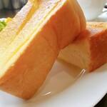 ヤッセコーヒー - トーストの厚みがすごい