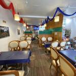 マディナ ハラル レストラン - 店舗内部。この奥でもハラルフードを売っていました。