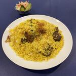 マディナ ハラル レストラン - インドランチ(¥1090)  マトンのピリヤニとインドサラダ、ドリンクのセット。