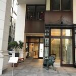 獺祭ストア - お店の入り口(左奥)
