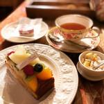 126536754 - ケーキと紅茶とマカロン