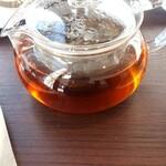 126537754 - ダージリン 600円 大きめのポット。茶葉は四種類から選択可。パティスリーのモーニング。腹一杯食べても2000円はしないし、アフターヌーンティやホテルに行くより贅沢だったりして。