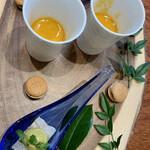 Grand rocher - マカロン風の丸いのは玉ねぎのサブレ       中にはベーコンのピューレ       レンゲはヒラメの軽い昆布締め       間には青リンゴを酢橘でマリネしてプレッセ       スープは野菜のうまみたっぷりのミネストローネ