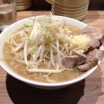 モトミヤ - 小ラーメン 少なめ、野菜・ニンニクマシ(650円) 凄いニンニクの盛り
