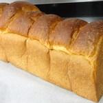 ルヴァン・ド・ママン - 当店人気No.1 ふわふわしてそのまま食べてもおいしい無添加のもちもち食パン。ご予約も多く遠方から買いに来られるお客様もいらっしゃいます。
