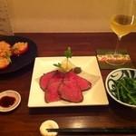 おだいどこmamecco - 福島牛ランプ肉のローストビーフ。新玉葱とトマトのサラダ。辛味菜のおひたし