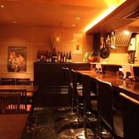 船場女将小路 - 【串かつ 関】一見バーの様な雰囲気の店内 ワインや洋酒に合う料理もご用意しております