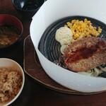 レッフェル - 炊き込みご飯は、味濃い目。お味噌汁の具は多くないので、海藻サラダ入れました。