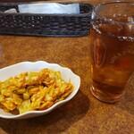 ビリー・ザ・キッド - キッド・ステーキ・セット(200g)2035円のサラダとウーロン茶