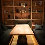 シーズン・ダイナー喜代 - 隠れ家のような半個室のソファ席は最大6名様まで対応可能。