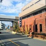 ステーキハウス 武蔵野 - 小山駅の南東側で多少離れてます。近くに東北新幹線、東北本線が走ってます。煉瓦造りの立派な建物です。