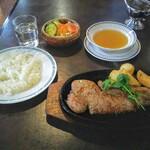 ステーキハウス 武蔵野 - サーロインステーキランチ 300g!黒を基調とした店内。レストランに来たなあって感じがする!