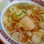 126570580 - チャーハンのスープです。刻み葱がつながってるのはご愛敬。(笑)  お碗(わん)の縁を彩る「赤・青・黄の『雷文(らいもん)』」が美しいですね。街中華を食いに来ているんだという気持ちをかきたててくれます。