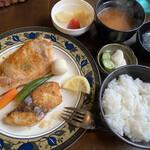 洋食屋満里奈 - 料理写真:日替わりランチはポークジンジャーとブリの塩麹