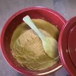 池富 - 天地返し   お味噌の発酵を促す為に、樽を詰め替えます。皆様提供出来ますのは、2年半後になりそうです。手作り3年味噌の所以でございます。