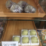 御菓子司 寿々木 - 店頭のショーケース うぐいす餅など
