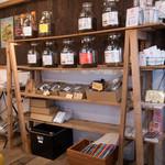 タナカフェプラスコーヒーロースター - コーヒー豆が並んでいる店内。焙煎日がそれぞれ明記されています。