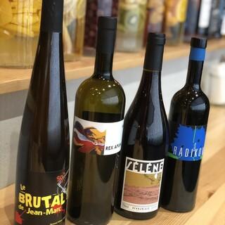 めずらしい自然派ワインや222自慢の自家製果実酒があります