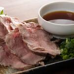 もつ焼き いしん - カシラ肉の刺身(低温調理)