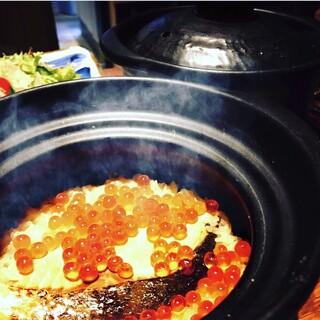 風味豊かにふっくら炊き上がった【土鍋飯】は名物料理